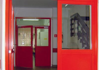 drzwi-profilowe-z-przeswitem-szklane-czerwone