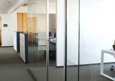 korytarz-drzwi-szkalne-biura