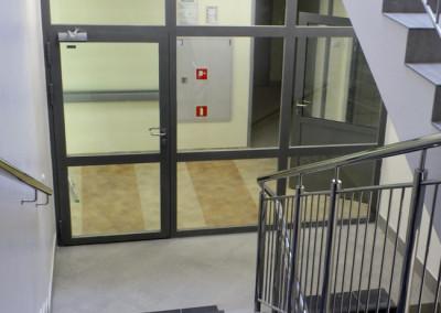 scianka-szklana-przeciwpozarowa-z-drzwiami